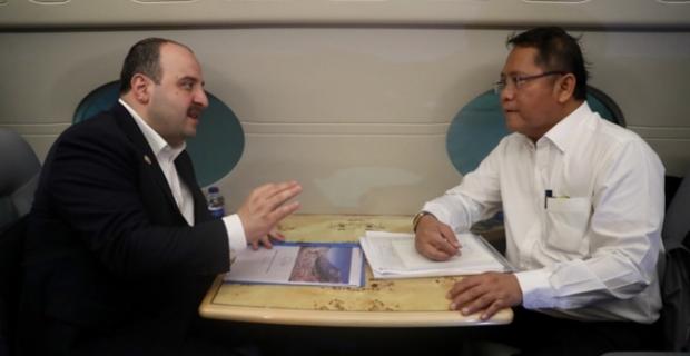 Varank, Endonezyalı mevkidaşıyla uçakta görüştü
