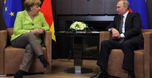 Putin, Merkel ile Suriye ve Ukrayna'yı görüştü