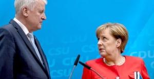 Mülteci politikası, Almanya'da istifa getirdi