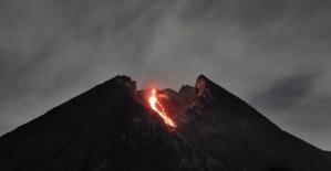 Endonezya'da yanardağdaki lav akışı turist çekiyor