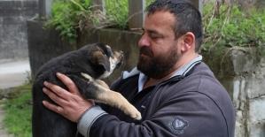 Köpeği suni solunumla hayata döndürmenin mutluluğunu yaşıyor