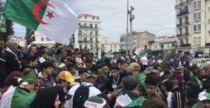Cezayir'de Buteflika sonrası ordunun sıradaki hamlesi bekleniyor