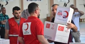 Türk Kızılay Kerkük'teki ihtiyaç sahiplerine gıda ve giysi yardımı yaptı